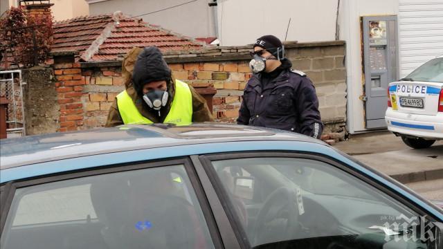 ПЪЛНО БЕЗОБРАЗИЕ: Полицаите на КПП-тата обърнати на секретарки
