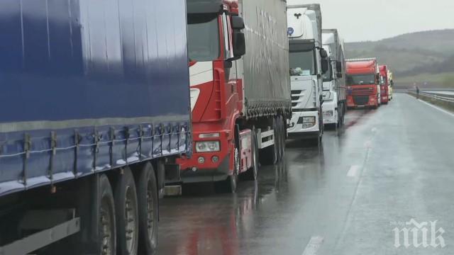 """Дезинфекцират магистрала """"Марица"""" след кризата с тировете"""