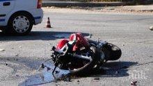ИЗВЪНРЕДНО: Моторист бере душа след тежка катастрофа край Варна