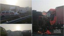 """ЕКСКЛУЗИВНИ СНИМКИ: Кръв и ламарина на магистрала """"Марица"""" - верижното меле е с много ранени"""