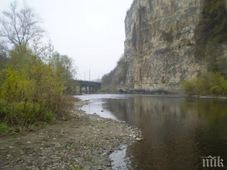 Натопиха предприятие в Мездра, че замърсява водите на река Искър