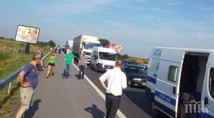 """ИЗВЪНРЕДНО В ПИК: Пак жестока верижна катастрофа на магистрала """"Марица""""! Линейки откарват ранени, мелето е между два камиона, 6 коли и бус"""