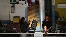 Гърците посрещнаха Великден по балконите си