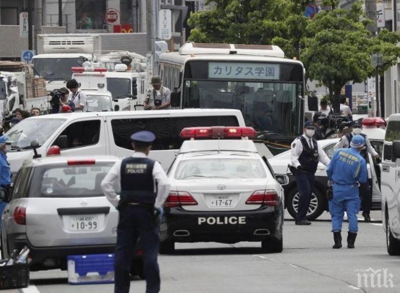 Мъж с нож държи заложници в кафене във Фукуока