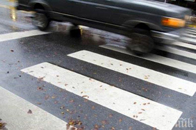 Кола удари малко дете, докато пресича заедно с майка си.Инцидентът