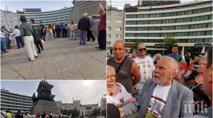 """""""Всенародният"""" протест на Копейкин днес мина без...Копейкин. Дойде Йоло Денев, синът на бог Тангра, с още 15 другари (СНИМКИ)"""