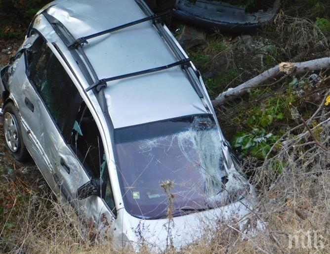 Шофьорка изправи остър завой, полетя с колата си от 18 метра