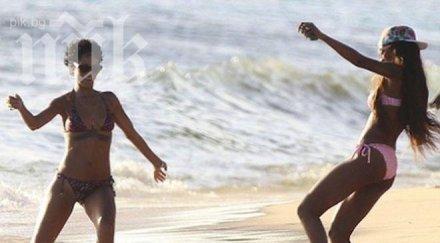 Риана разцъква футбол с бира на плажа (снимки)