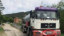 ГАДОСТ! Служител на фирма, почистваща септични ями, изсипа товара си в река Искър (СНИМКИ)