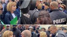 """СКАНДАЛ В ПИК TV: Манолова бяга от въпросите на Ива Николова за парите на Васил Божков! Блъскат и удрят водещата в брутално меле - полицията нехае! Хората на провалената кметица се разкриха, викат: """"Радев, Радев"""" (ВИДЕА/ОБНОВЕНА/СНИМКИ)"""