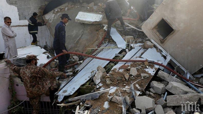 Броят на жертвите на самолетната катастрофа в Пакистан нарасна на 97