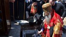 Дядо Николай зазида кръст в основите на бъдещ храм в Кърджали