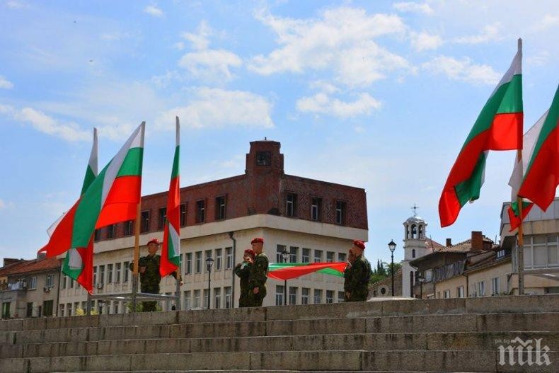 Тържествено отбелязаха празника на Асеновград (СНИМКИ)