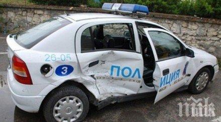 ЛАМАРИНИ! Камион блъсна патрулка на пътя Варна - София (СНИМКИ)