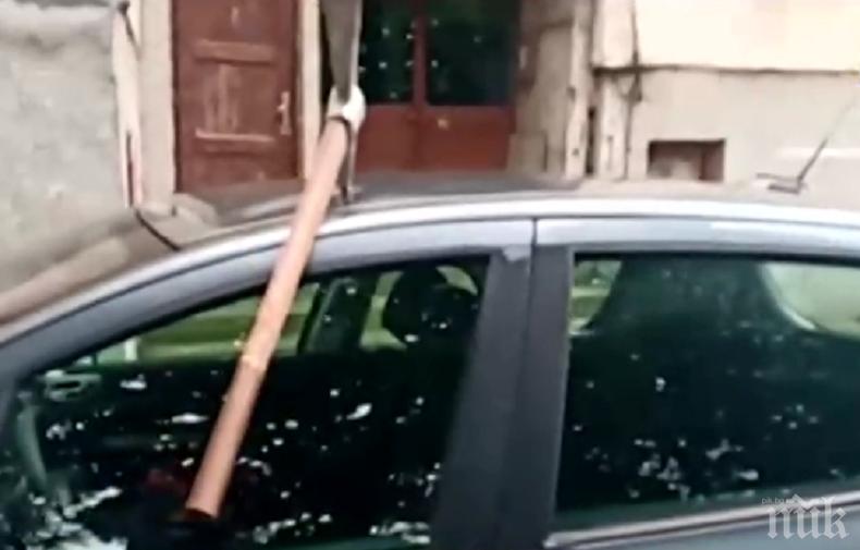 ДРАМА: Жена намери колата си със забита кирка - чака повече от година ограничителна заповед срещу бившия й мъж