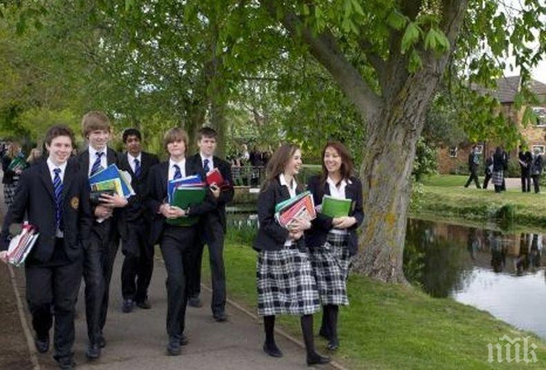 """""""Гардиън"""": 90 процента от училищата в Англия продължават да са затворени"""