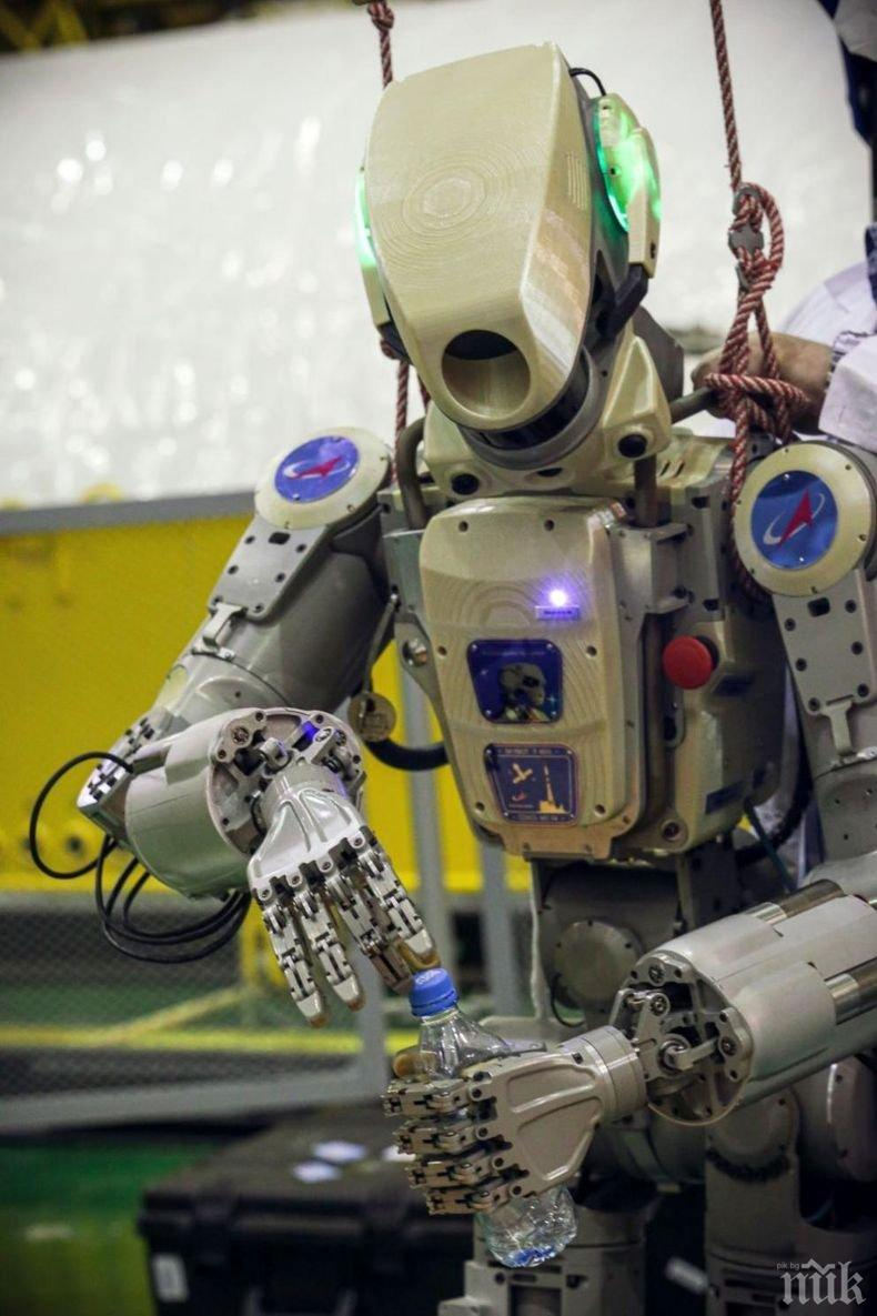 Куче-робот раздава гел за дезинфекция на ръцете в тайландски мол (ВИДЕО)