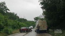 Линейка на видинската Спешна помощ се удари челно в бус край Арчар