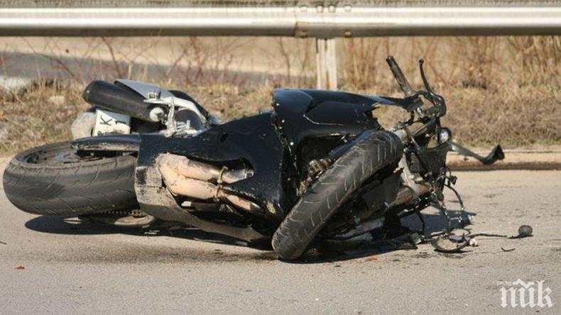ЗЛОВЕЩО: Моторист остана на място след меле на пътя