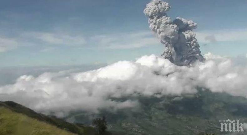 Вулканът Мерапи в Индонезия изригна два пъти (ВИДЕО)