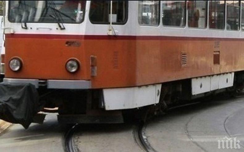 ПЪРВО В ПИК! Екшън в центъра на София: Аварирал трамвай запуши движението при Съдебната палата (ВИДЕО)