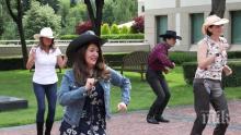Посланикът на САЩ Херо Мустафа танцува с каубойска шапка за 4 юли (ВИДЕО)