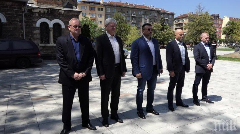Младен Маринов и Ивайло Иванов се поклониха пред паметта на загиналите служители на МВР (СНИМКИ)