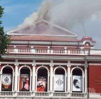 ОГНЕНА СТИХИЯ: Спасяват работници от покрива на горящата опера в Русе