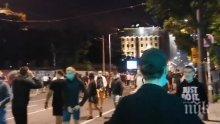 Протестиращи атакуваха с факли сградата на Скупщината в Белград