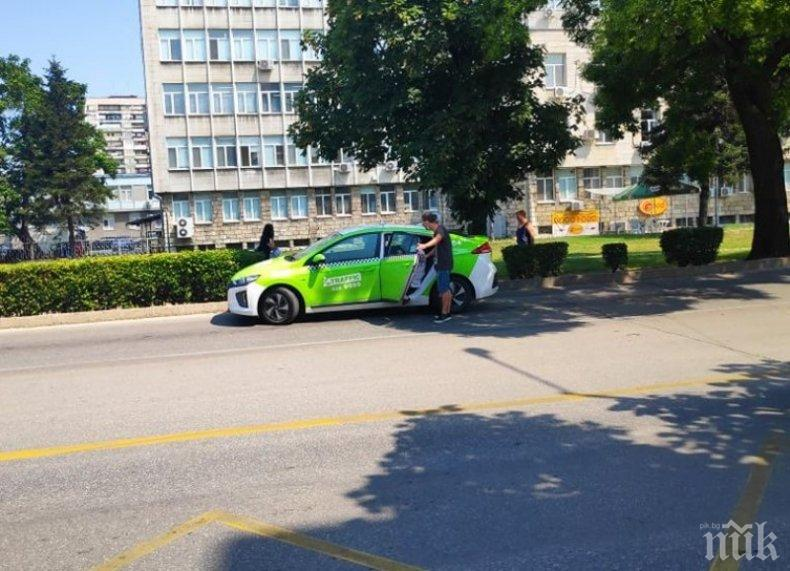 МАЛКИ ЖЕСТОВЕ: Таксиметров шофьор помогна на жена, която едва стои на краката си