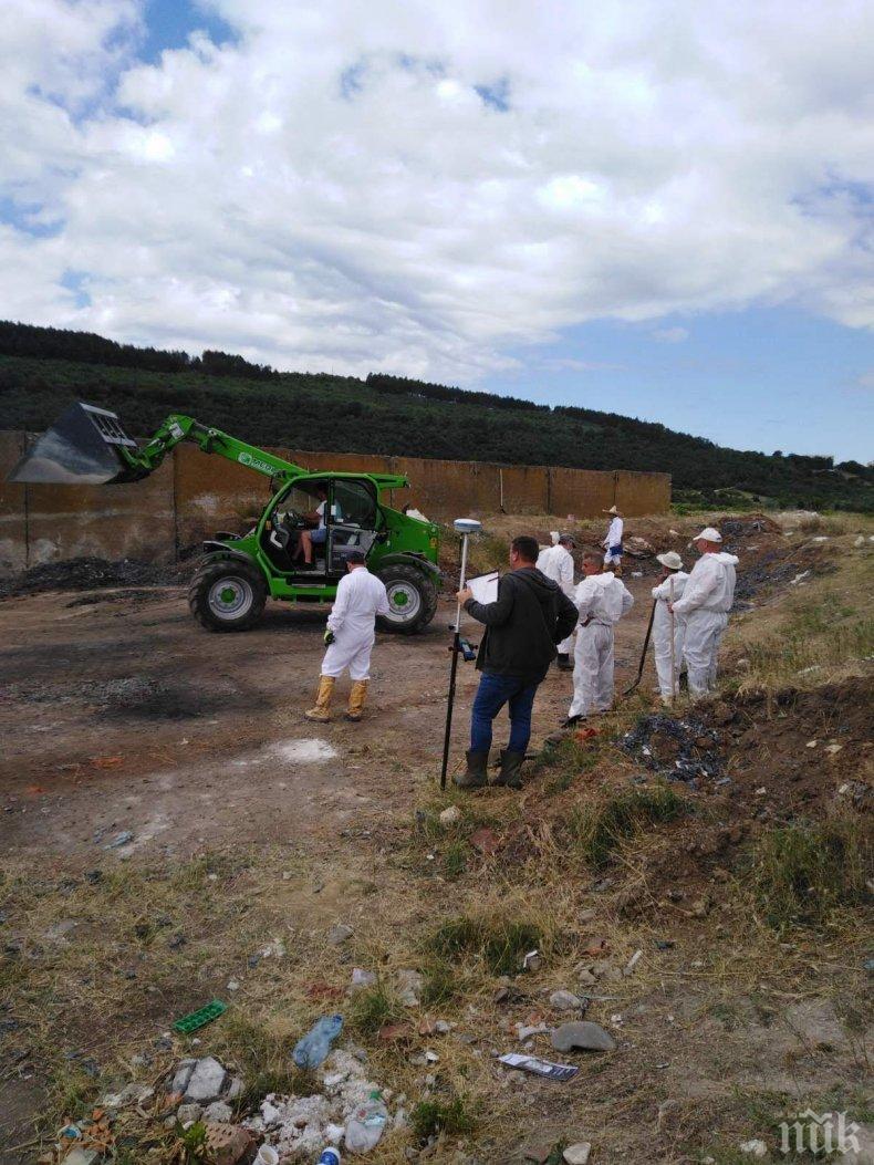 ИЗВЪНРЕДНО В ПИК: Прокурори и специалисти продължават да изриват тонове боклук край Червен бряг (СНИМКИ)
