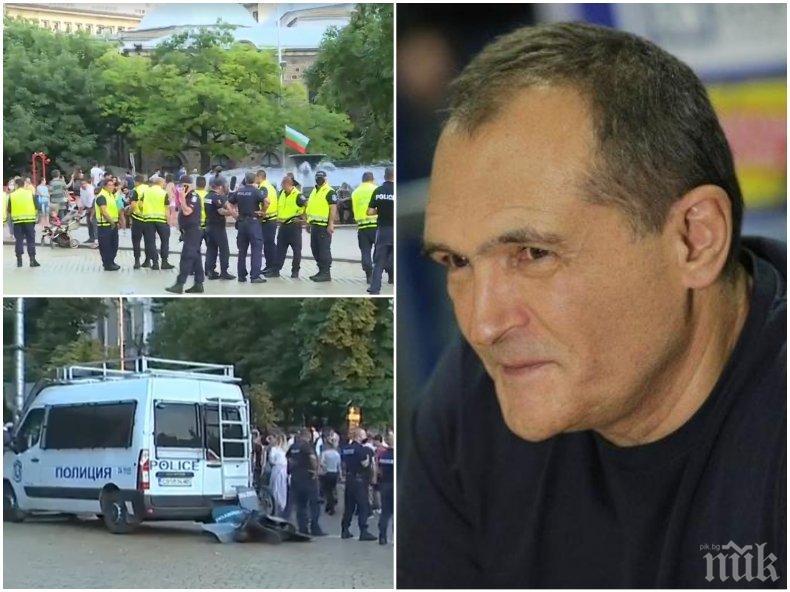 ИЗВЪНРЕДНО: Мутри на Божков в защита на Радев сеят анархия из София - търсят провокации за пред камерата на Би Ти Ви, удариха с бутилка полицай