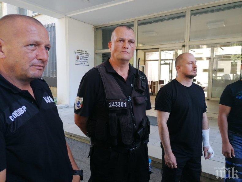 ПОКЪРТИТЕЛНО: Проговориха ранените полицаи след сблъсъците с провокаторите на Радев и Божков: Хвърляха бутилки и ни пръскаха със спрей! (СНИМКИ)