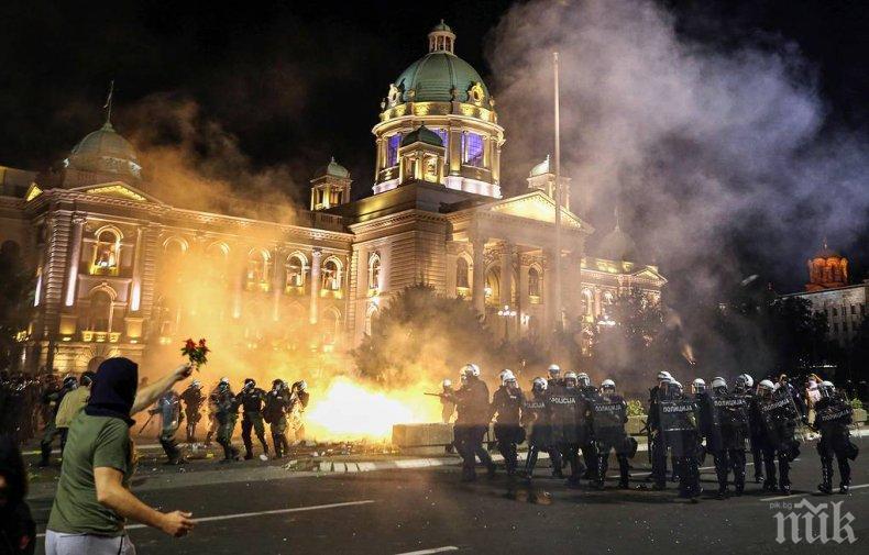 Десетки арестувани в Белград, протестиращите атакуваха сръбския парламент