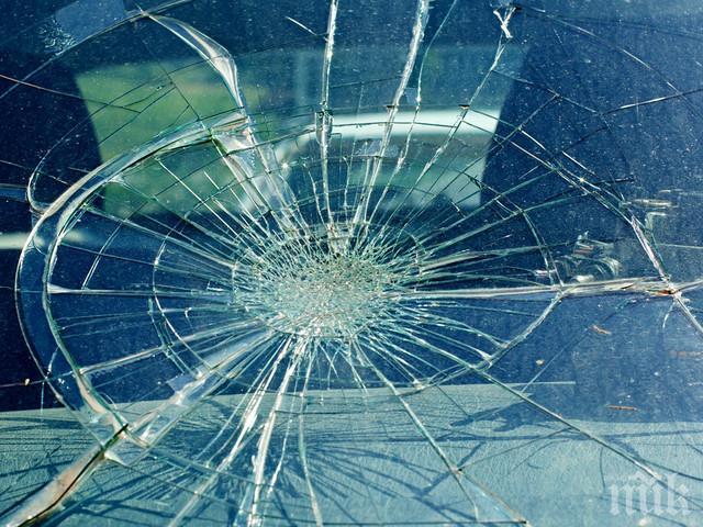 Пиян и неадекватен мъж изпотроши стъклата на шест коли в Пловдив (СНИМКИ)