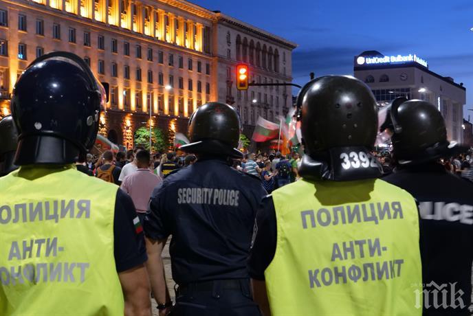 АНАРХИЯ! Двама полицаи ранени от метежниците на Радев днес - замеряли служителите на реда с бомбички и стъклени бутилки