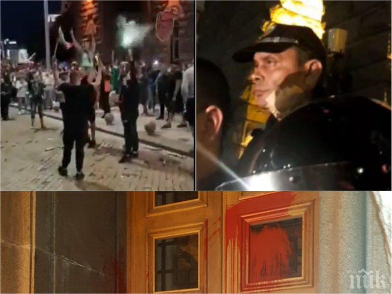 ГОРЕЩО В ПИК: Ето кой и как потроши Партийния дом и атакува полицаите с бомби (ЕКСЛУЗИВНИ ВИДЕА)