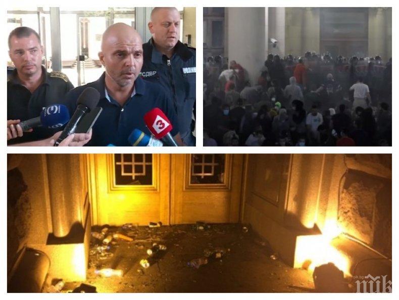 ИЗВЪНРЕДНО В ПИК TV! СДВР с горещи разкрития за погромите и провокаторите от снощните протести - метежниците хвърляли бутилки по полицаите под команда, един е с обвинение (ВИДЕО/ОБНОВЕНА)