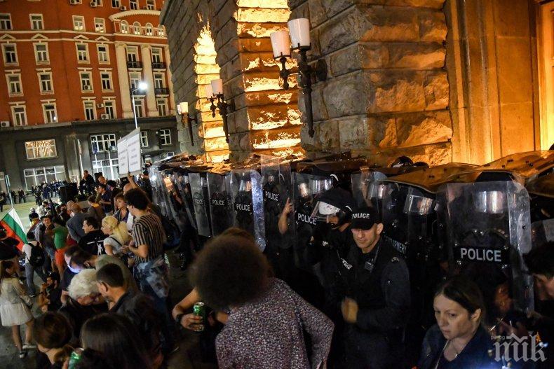 Читател на ПИК от Бургас пита: Защо българската полиция стои на протестите без каски и щитове? Искате да убият някой полицай ли