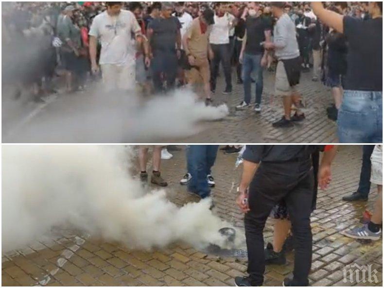 АГРЕСИЯ НА ПРОТЕСТА! Вандали строшиха кола на медия и подпалиха димка (СНИМКИ)