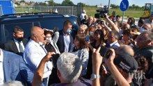 ИЗВЪНРЕДНО В ПИК TV: Премиерът Борисов на инспекция във Враца, стотици го посрещнаха с аплодисменти и благодарности за новите улици и спортни зали: Тук беше блато, а сега са хиляди работни места (ВИДЕО/ОБНОВЕНА/СНИМКИ)