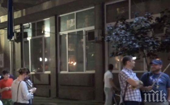 НОВА ПРОВОКАЦИЯ: Протестиращи окупираха входа на БНТ - Дариткова и Нинова блокирани вътре