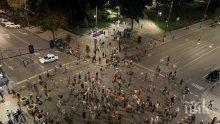 Уличните метежници си спретнаха барбекю на незаконната блокада на възлови кръстовища (СНИМКИ)