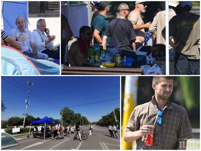 ГОРЕЩО В ПИК: Вижте хората, които терориризат цяла София - палаткаджиите на Бабикян и Божков пият бира от сутринта, Хаджигенов ги командва на смени (СНИМКИ)