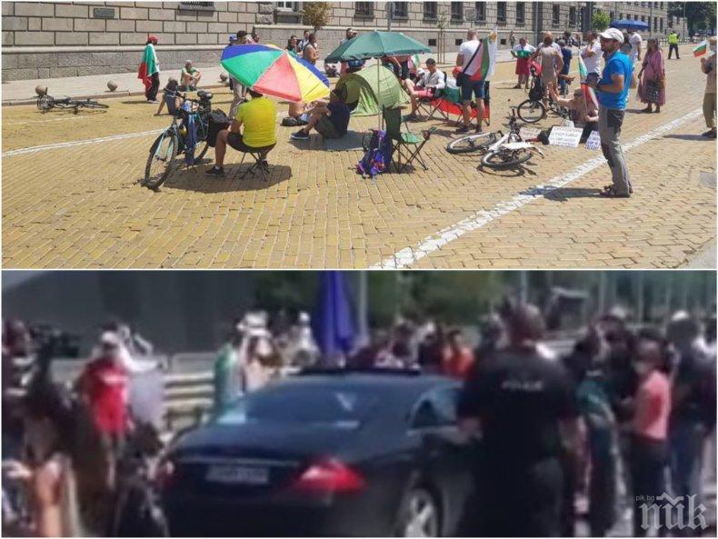 САМО В ПИК TV: Тумба наемници-протестъри заедно с присъдружните медии на олигарсите блокираха ключови софийски кръстовища навръх рождения ден на Божков (ВИДЕО/СНИМКИ)