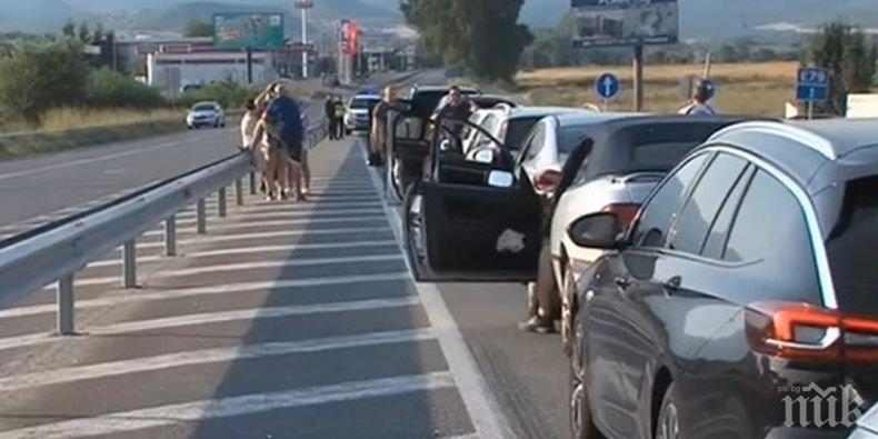 """АД НА """"КУЛАТА""""! Изнервени шофьори и километрични опашки към Гърция"""