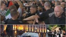 """ИЗВЪНРЕДНО: Уличните акции срещу властта ескалираха - метежниците опитват да завардят с бусове """"Орлов мост"""" и скочиха на полицията"""