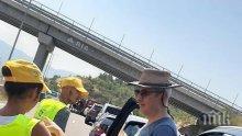 Доброволци на СБА раздават вода на границата с Гърция