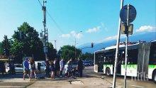 """ИЗВЪНРЕДНО В ПИК: Тежък инцидент в """"Студентски град"""" - рейс помете моторист"""