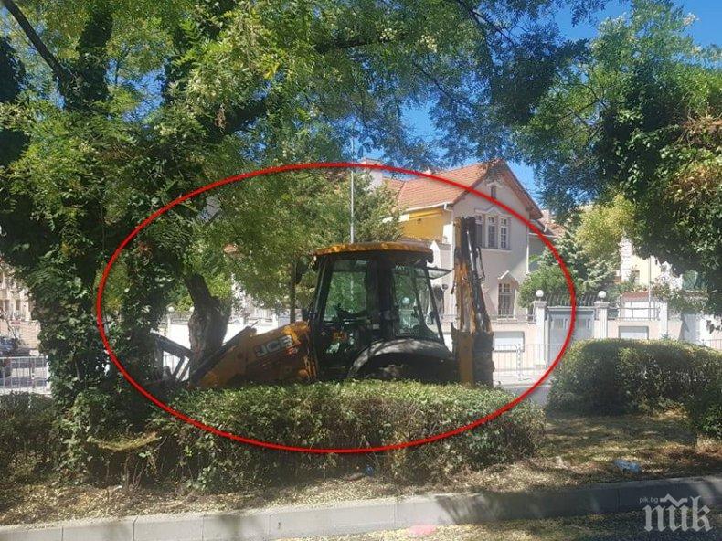 КОШМАР! Жена мина през оградата на ремонтиран булевард в Бургас и падна под веригите на багер